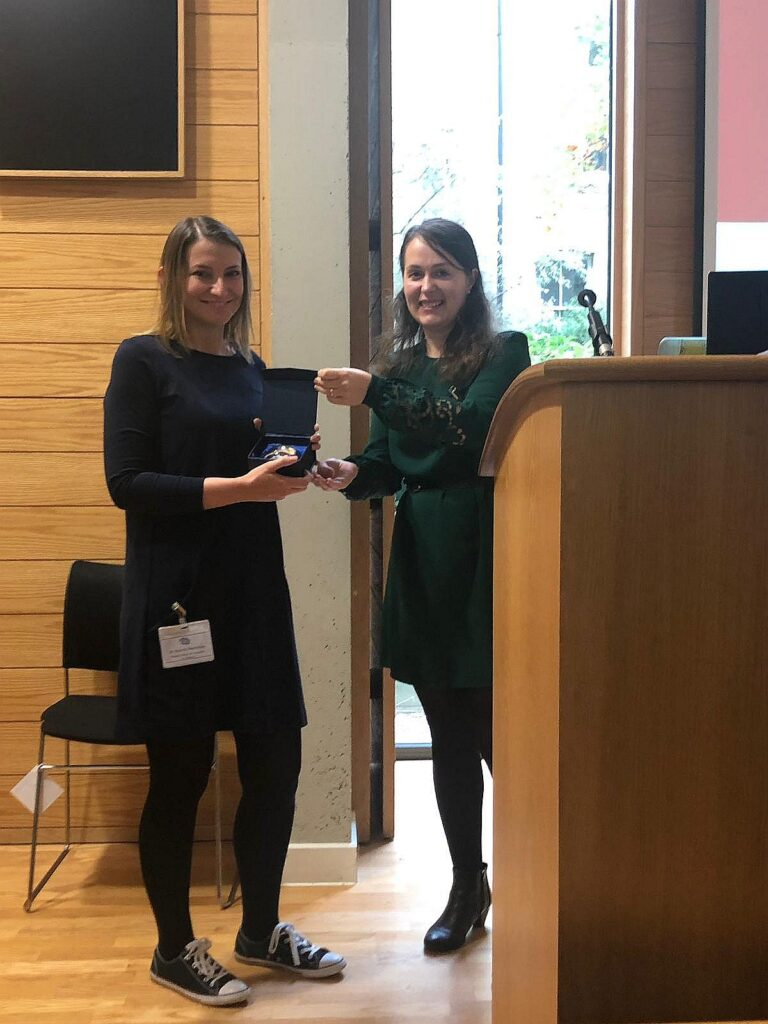 Rising star Dr. Niamh Merriman receives her award fom Dr. Satu Baylan